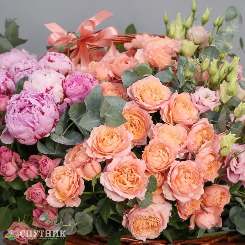 Большой букет роз и пионов в корзине